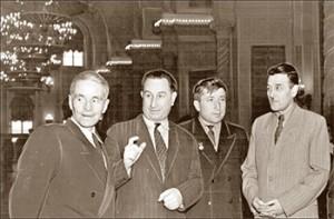 II Всесоюзный съезд советских писателей (1954 г.). Слева направо: Сергей Смирнов, Георгий Гулиа, Расул Гамзатов, Камиль Султанов